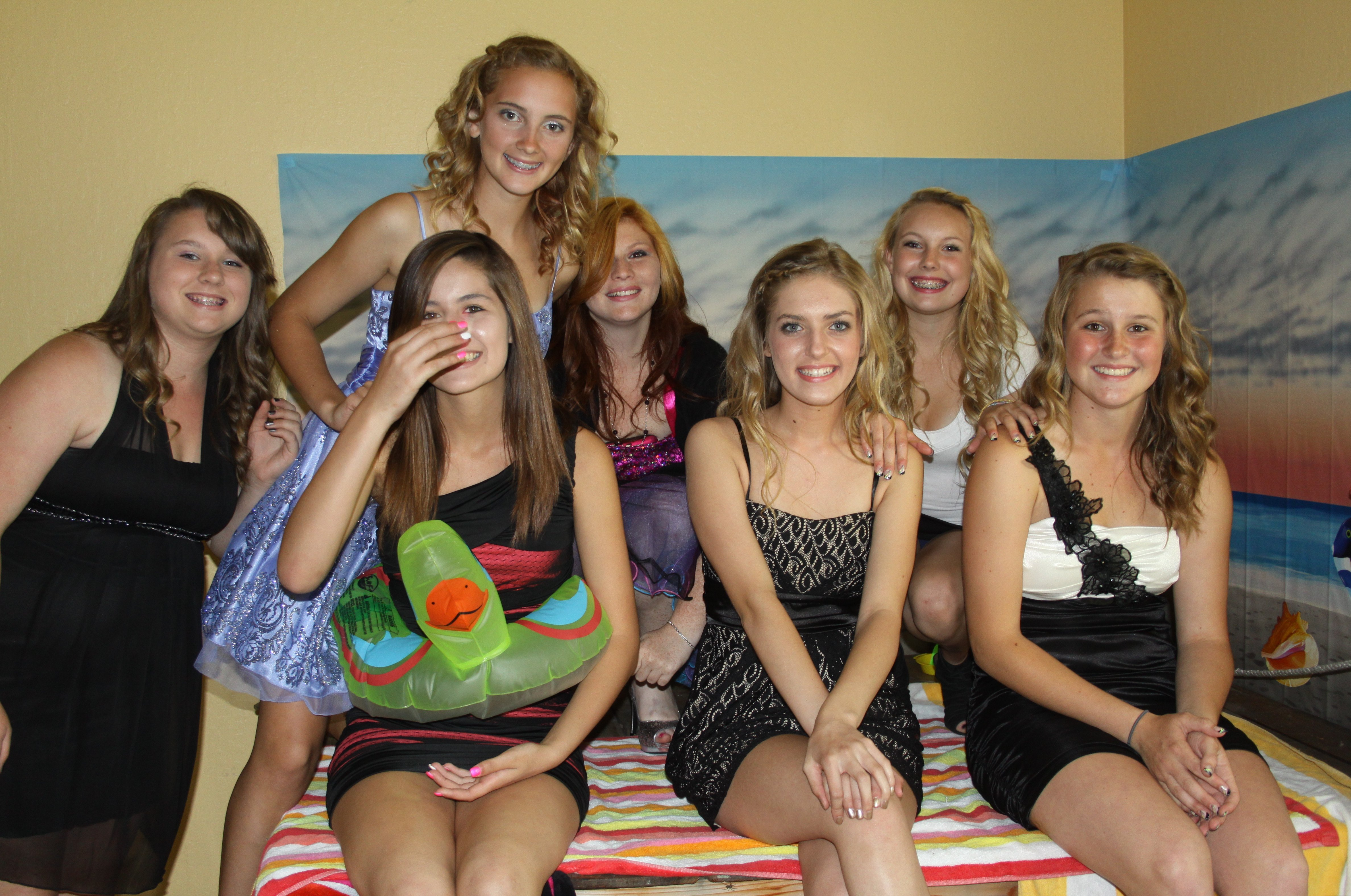 Девушки в мини-платьях светят трусиками на вечеринке