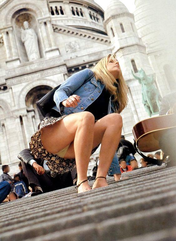 Блондинка в легкой мини-юбке засветила бежевые трусики