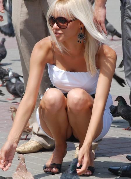 Блондинка в белом мини-платье засветила черные трусики