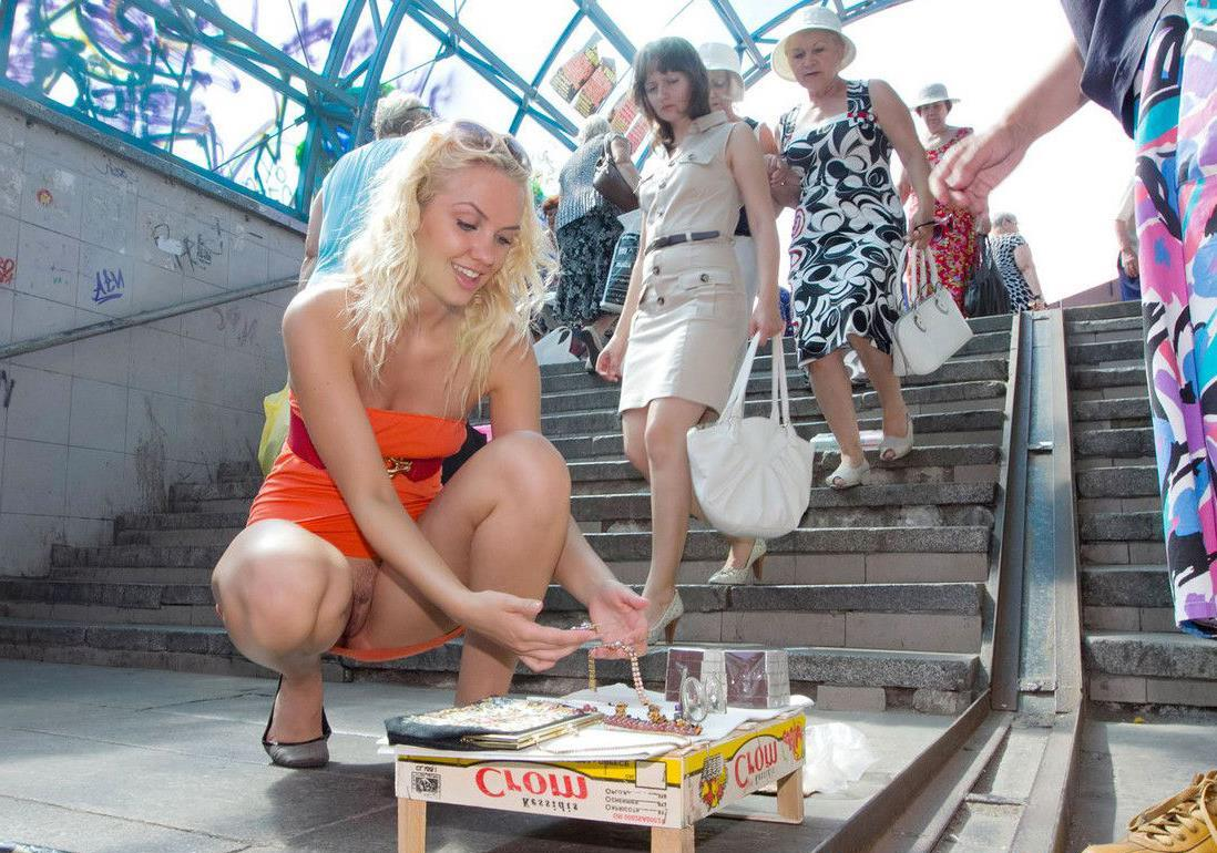 Блондинка в мини-платье засветила в переходе свою киску