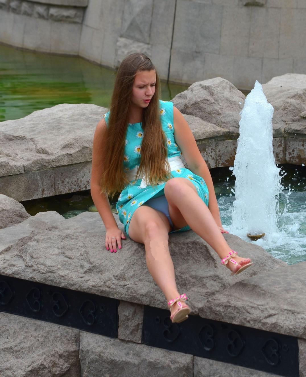 Девушка в голубом платье засветила у фонтана белые трусики