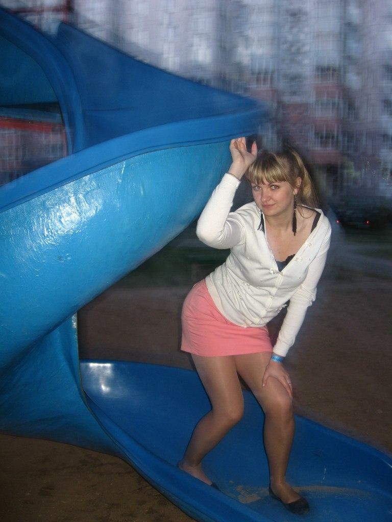 Сексуальная девушка в розовой мини-юбке засветила трусики