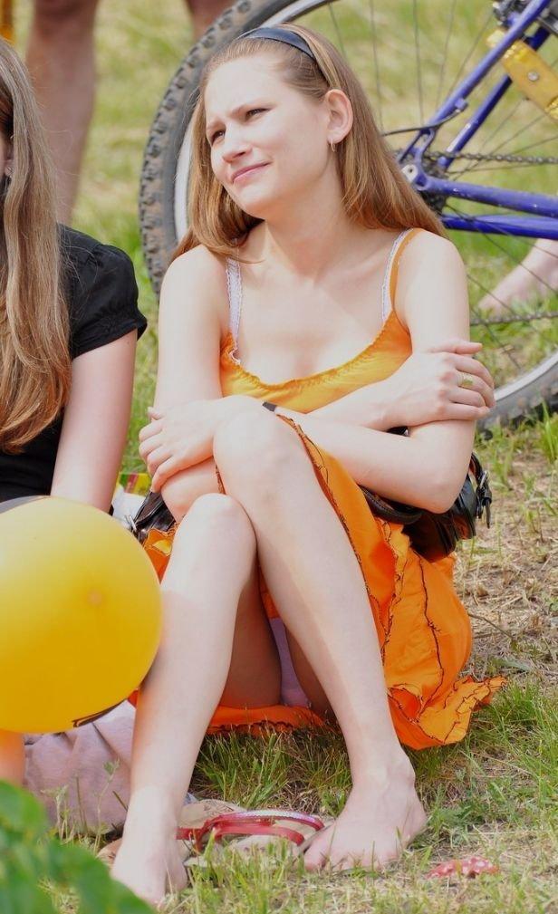 Девушка в оранжевом платье засветила розовые трусики