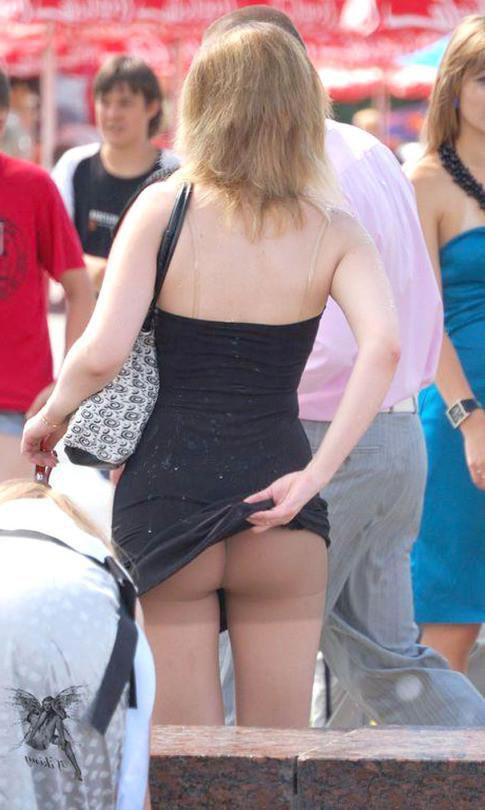 Девушка в черном мини-платье засветила попку в колготках