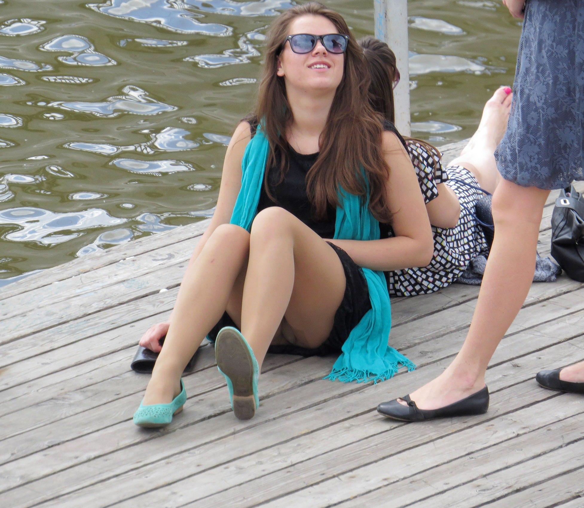 Девушка в черном мини-платье засветила ножки в колготках