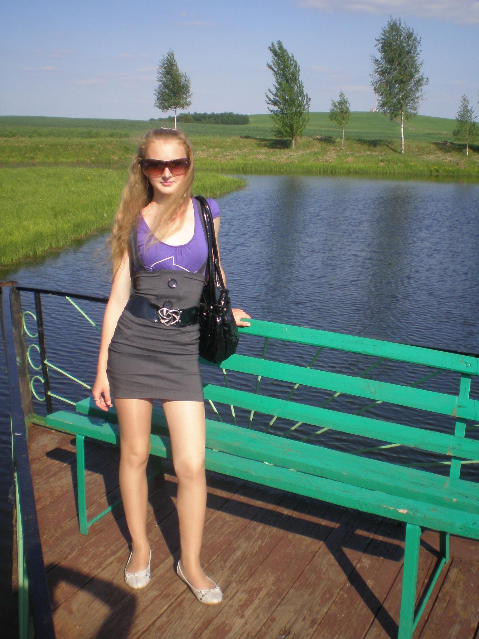 У красотки под юбкой красивые трусики на PornoRussiaTV