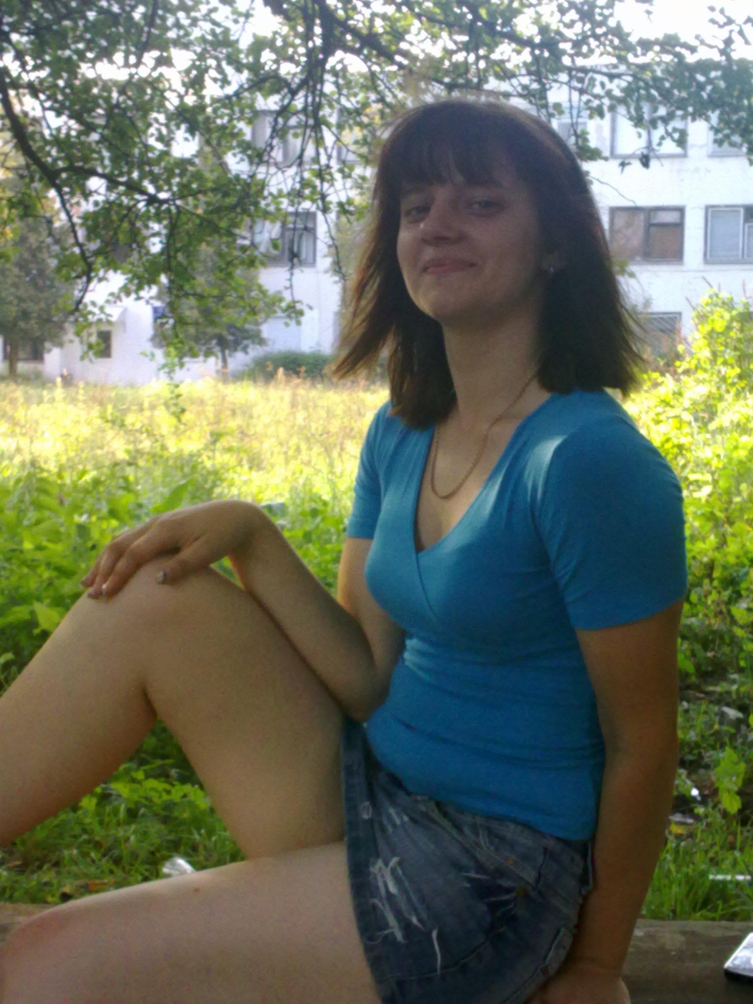 Сексуальная девушка в джинсовой мини-юбке