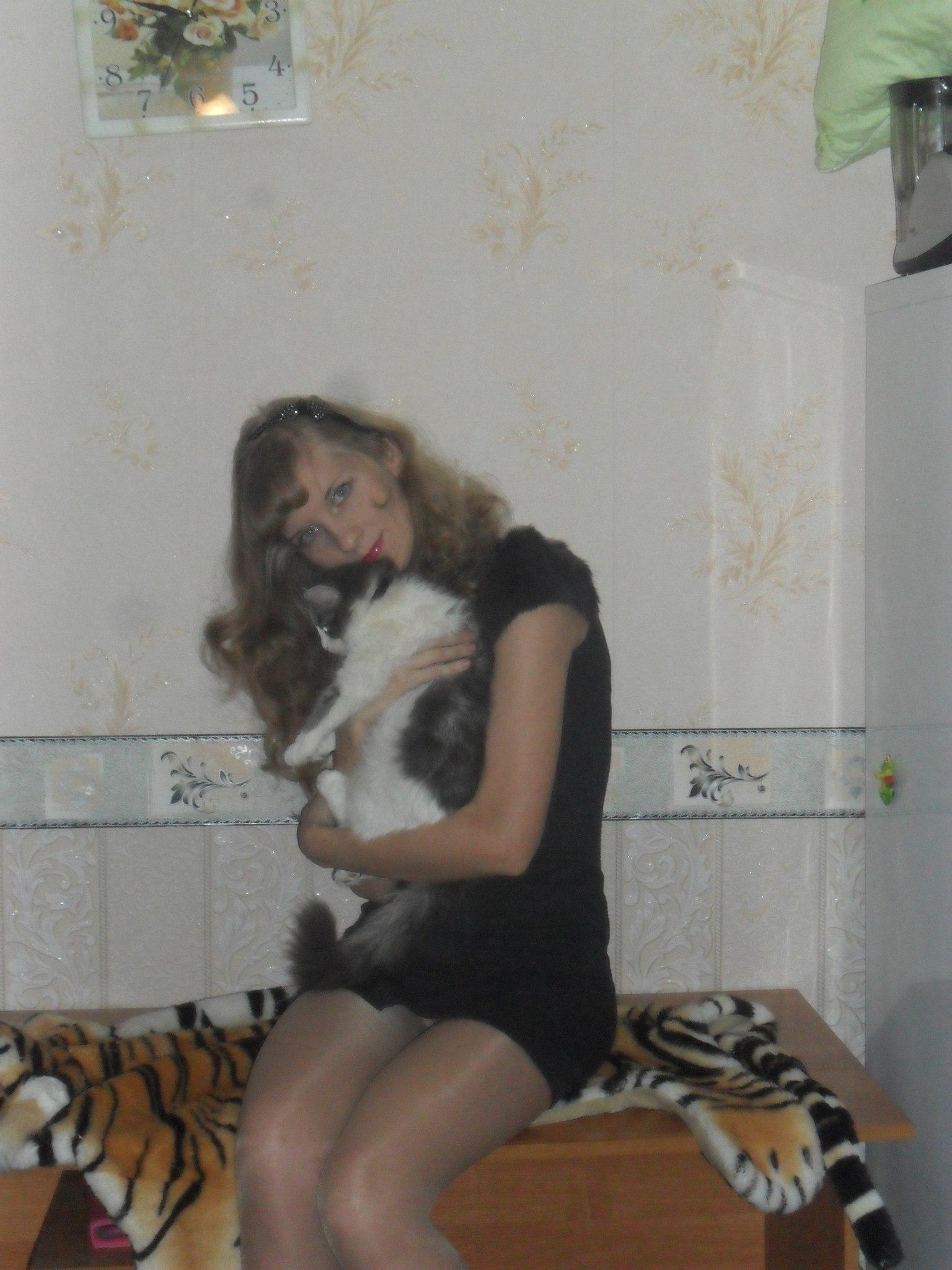 Девушка засветила ВКонтакте колготки под черным мини-платьем