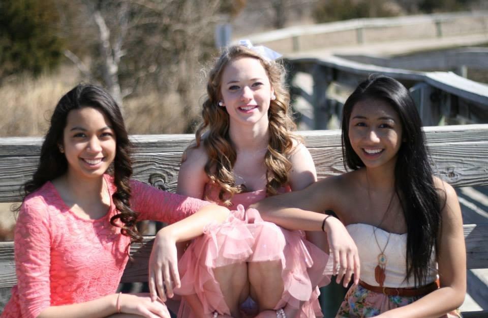Девушка в розовом платье засветила белые трусики