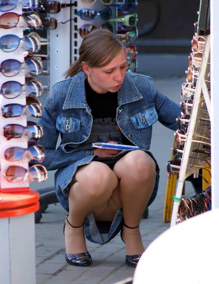 Девушка засветила колготки под юбкой сидя на корточках