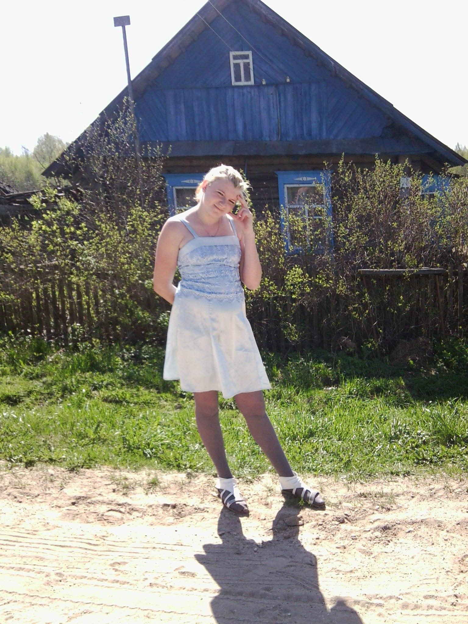 Девушка засветила трусики в деревне сидя на корточках