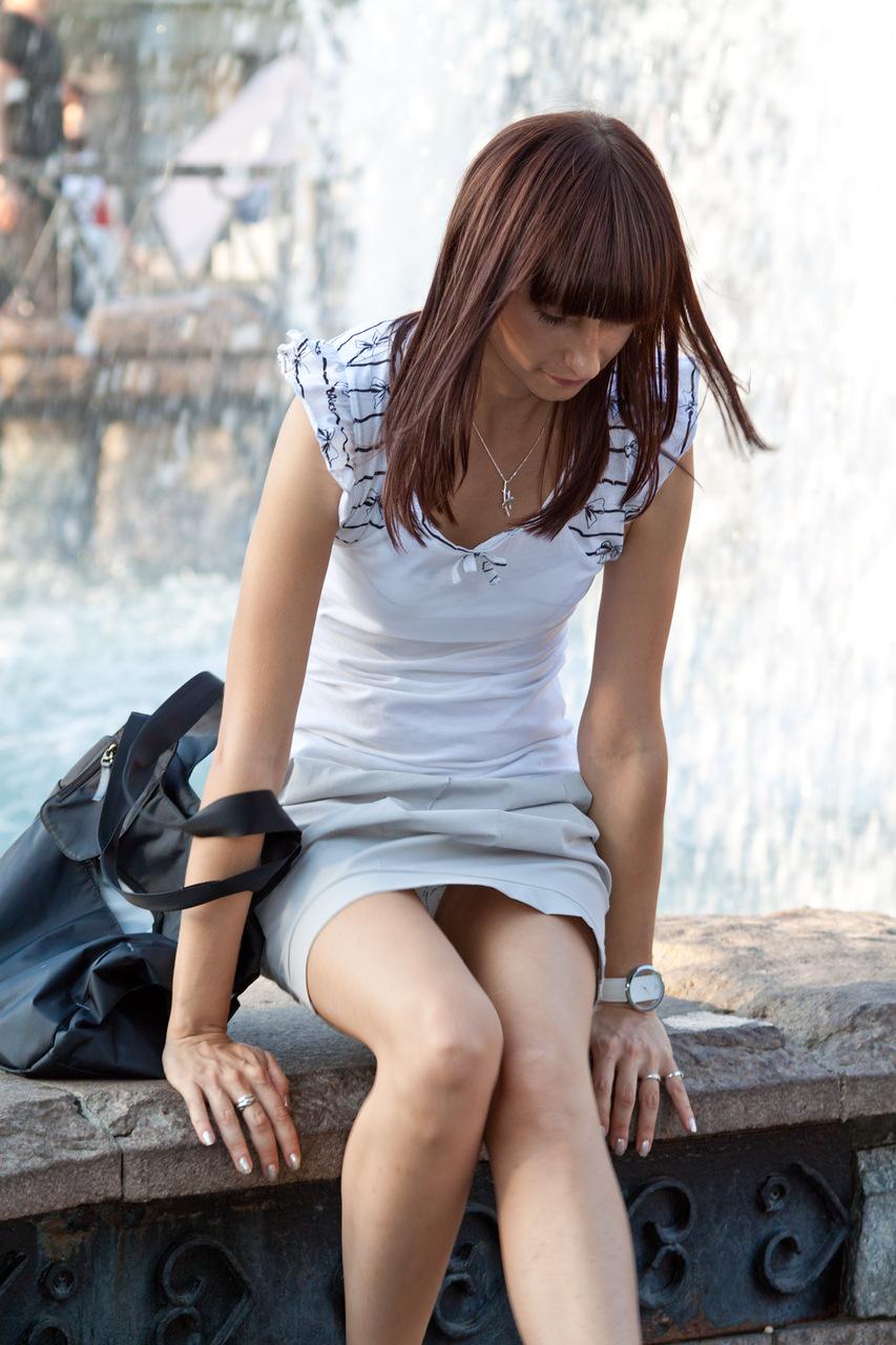 Девушка в белом платье засветила трусики у фонтана