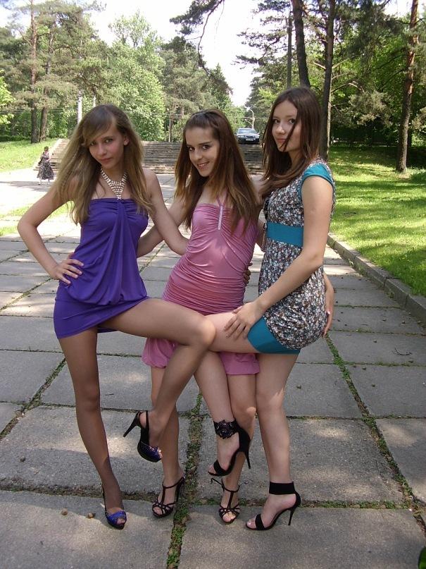 Три сексуальные девченки в коротких платьях светят трусиками