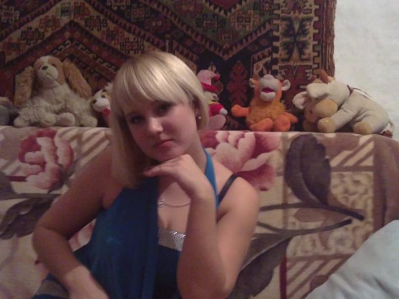 Сексуальная блондинка в голубом платье засветила белые трусики