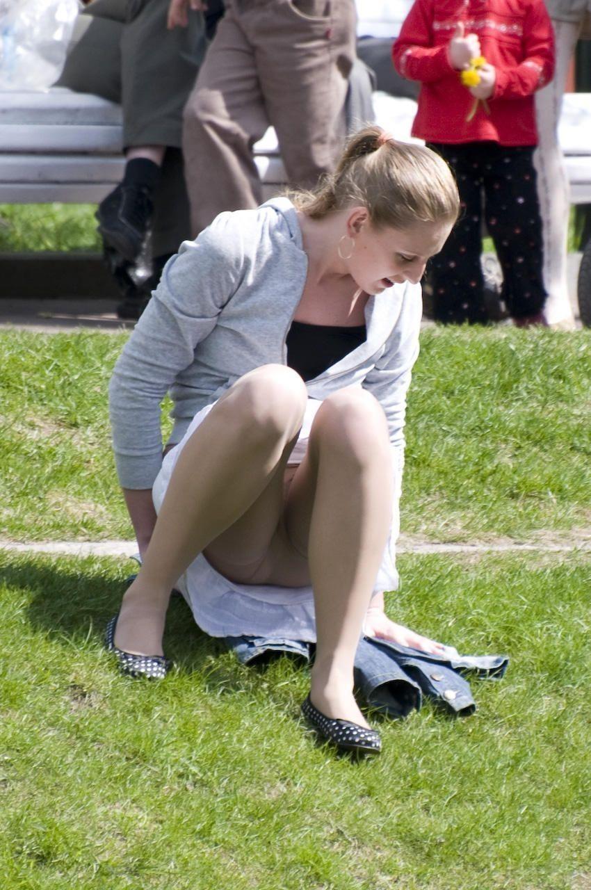 Молодая девушка засветила под белой юбкой колготки телесного цвета