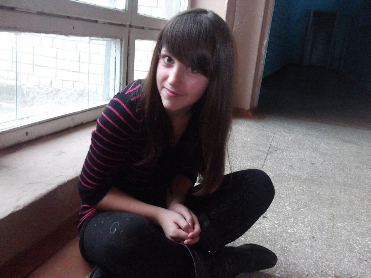 Юная девочка засветила в школе трусики под прозрачными леггинсами