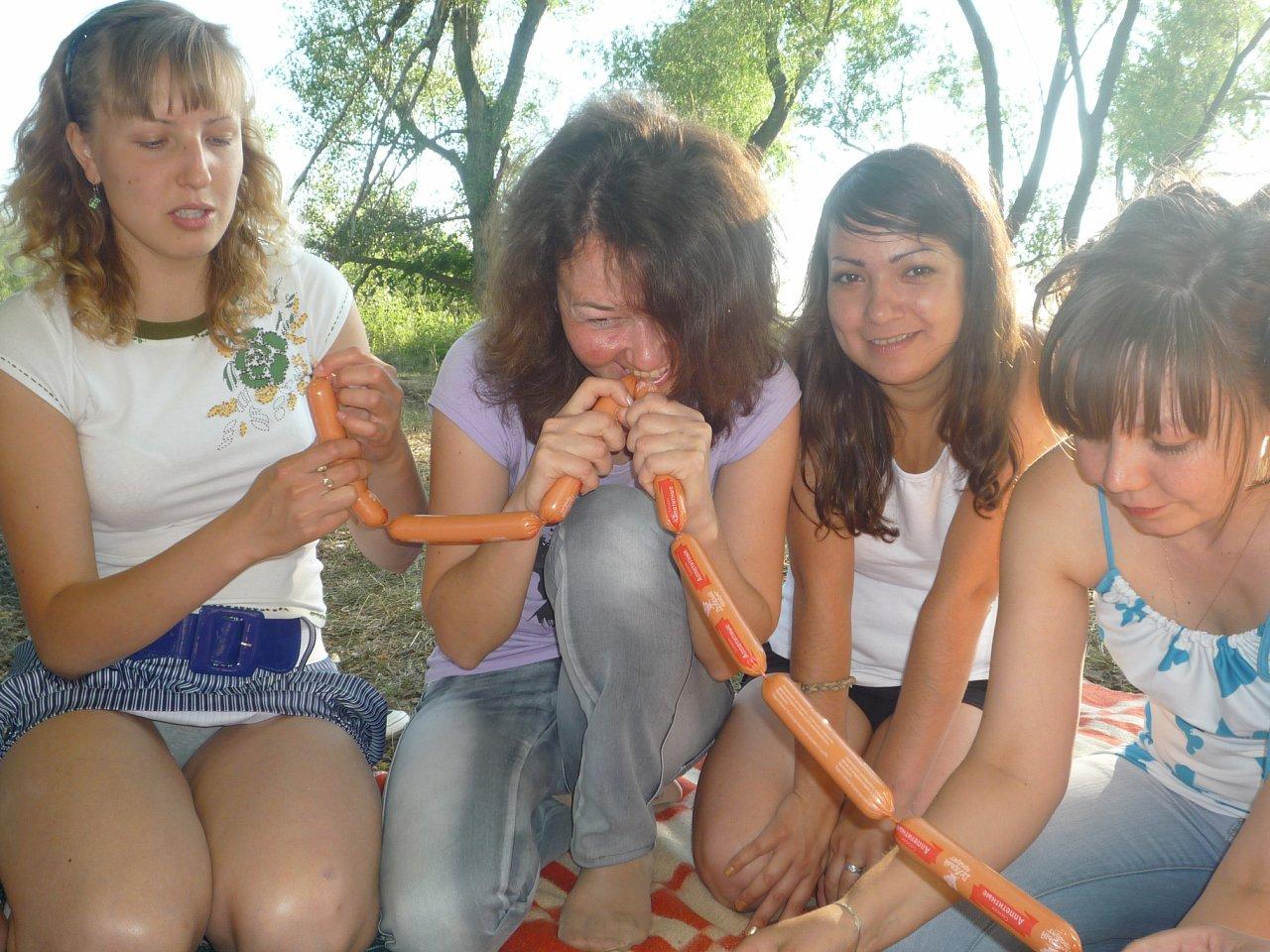 Девушка засветила трусики на пикнике с подружками