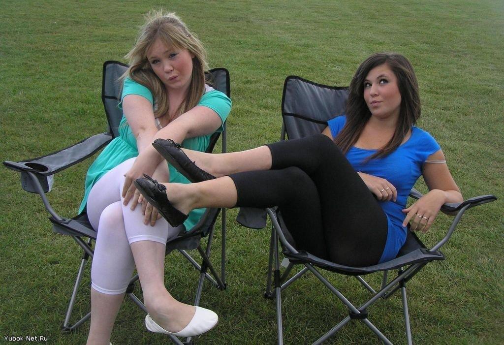 Две сексуальные девушки в леггинсах