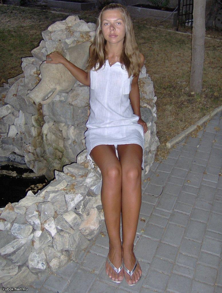 Девушка в белом мини-платье засветила белоснежные трусики
