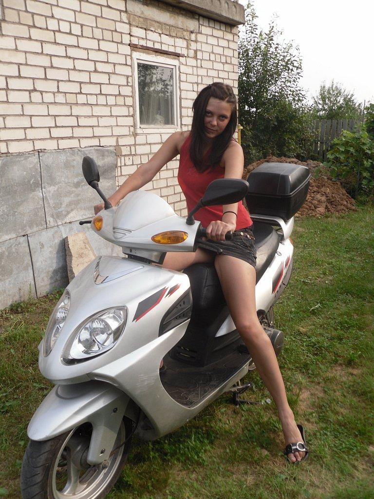 Девушка на скутере в короткой мини-юбке