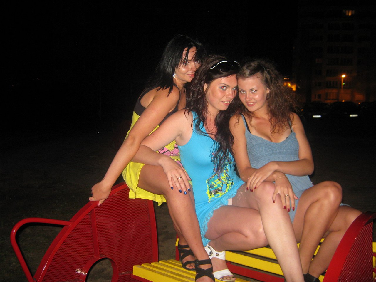 Сексуальная брюнетка в голубом мини-платье засветила бежевые трусики
