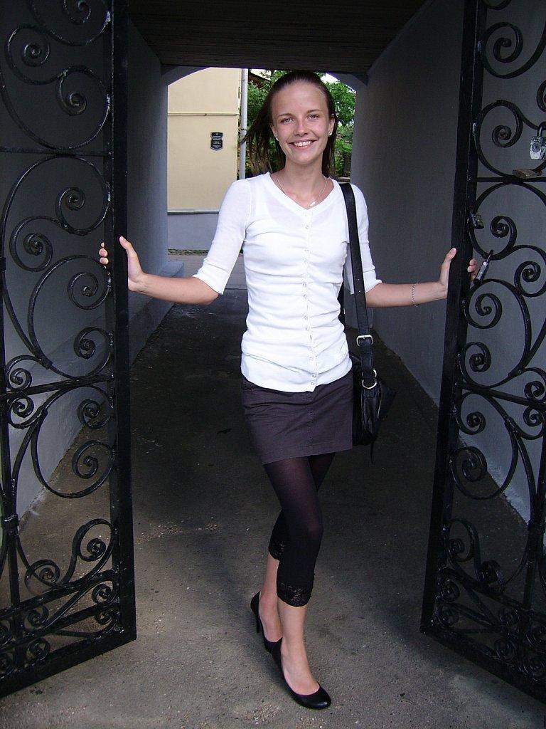 Юная девушка в прозрачных леггинсах и черной мини-юбке