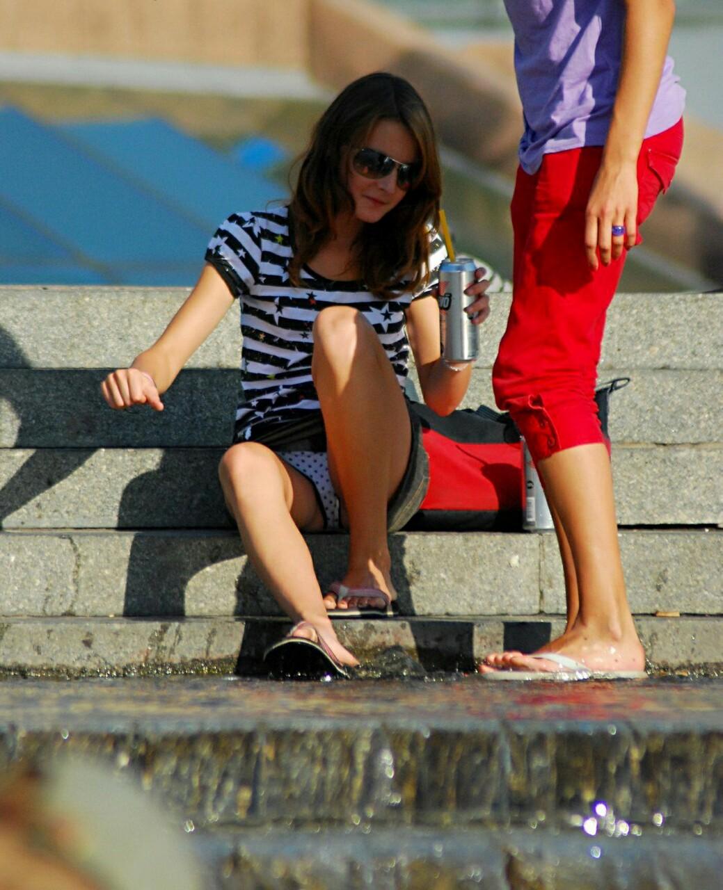 Девушка в джинсовой мини-юбке засветила трусики в горошек