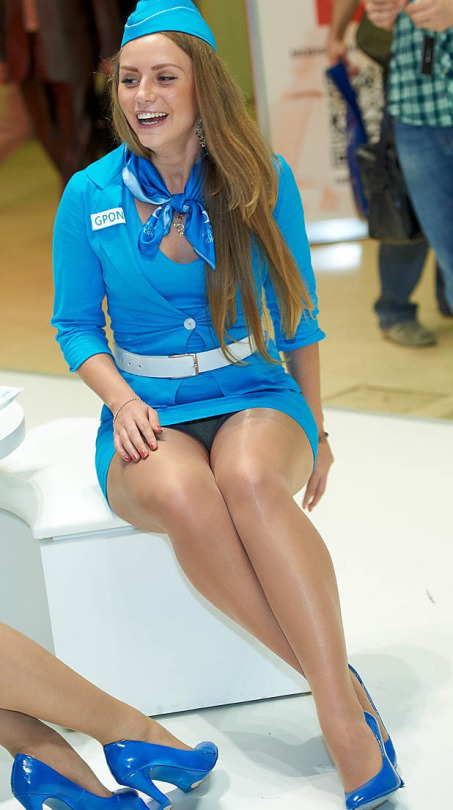 Девушка в голубом платье засветила трусики под колготками
