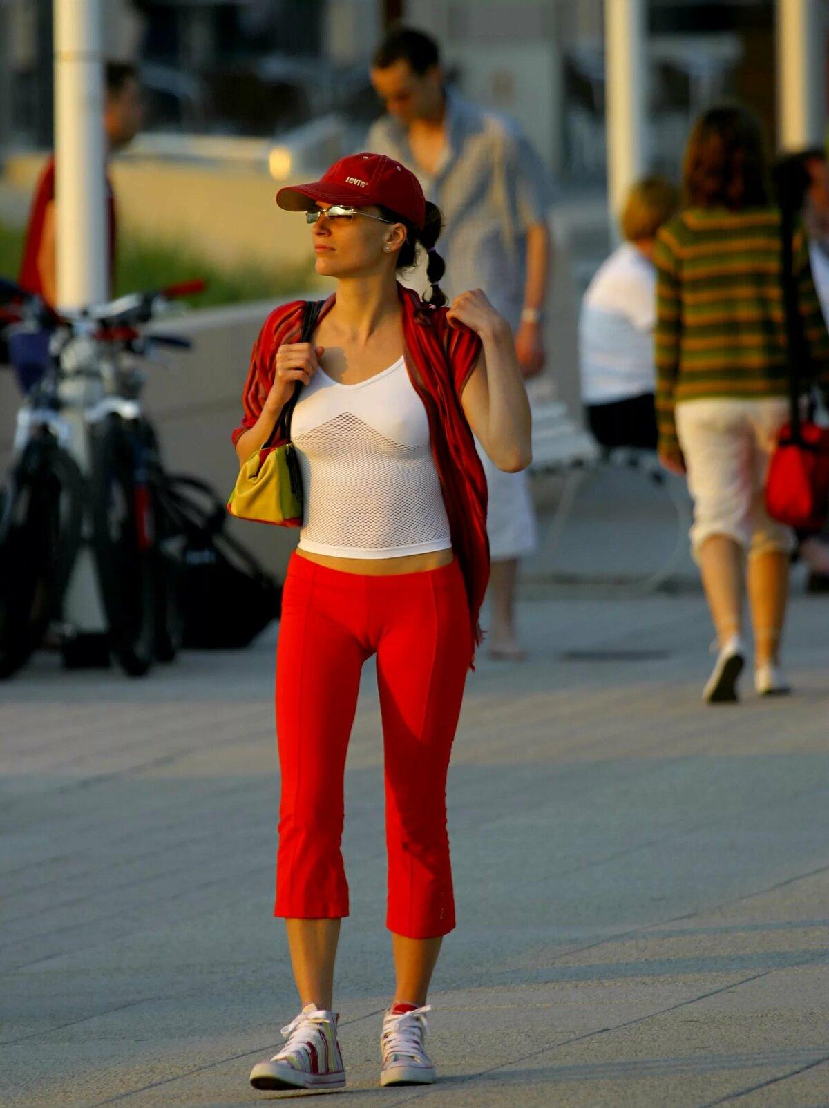 Верблюжья лапка девушки в красных спортивных штанах