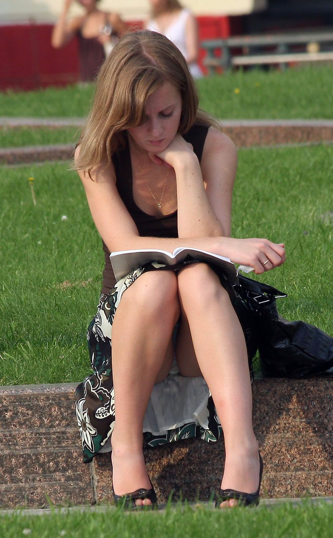 Девушка в длинной юбке засветила полосатые трусики