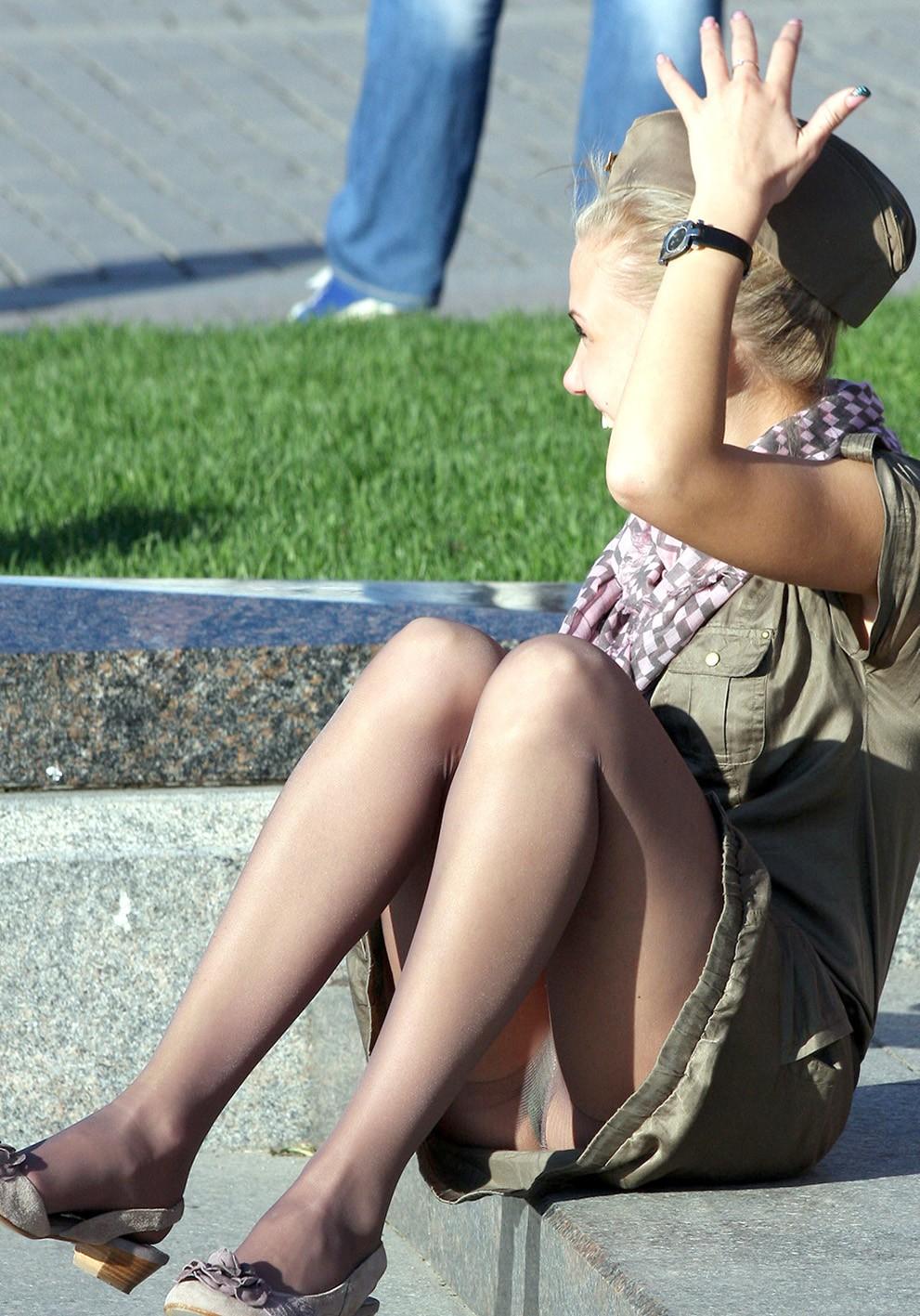 Девушка в военной форме засветила трусики на 9 мая