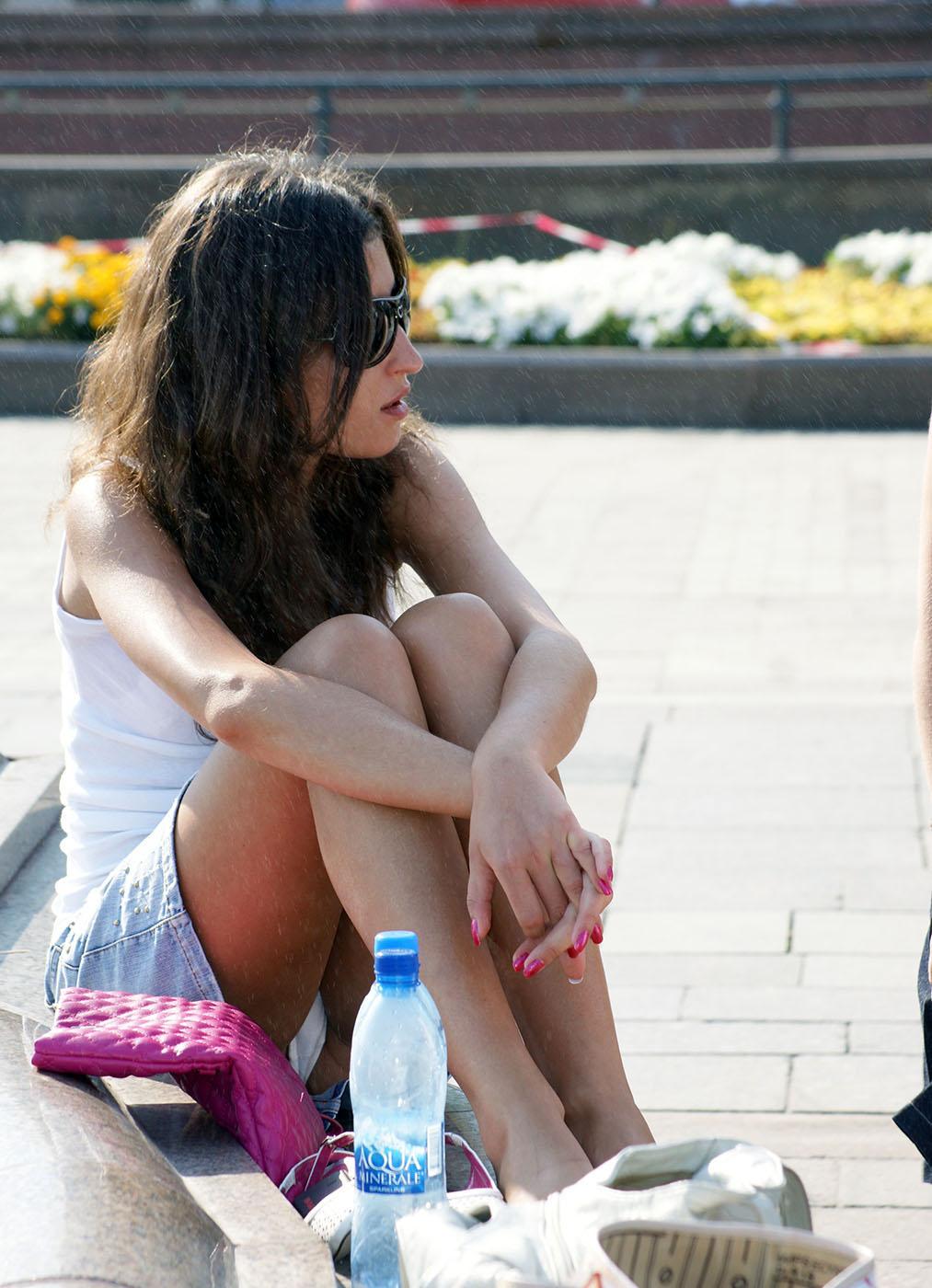 Девушка в джинсовой мини-юбке засветила трусики у фонтана