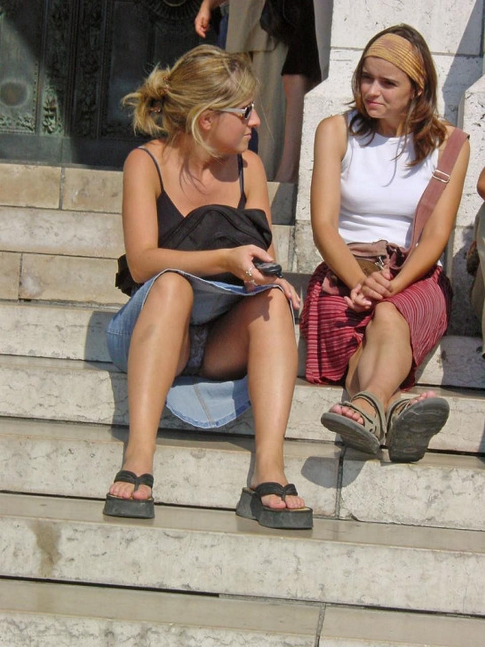 Блондинка в джинсовой юбке засветила серые трусики