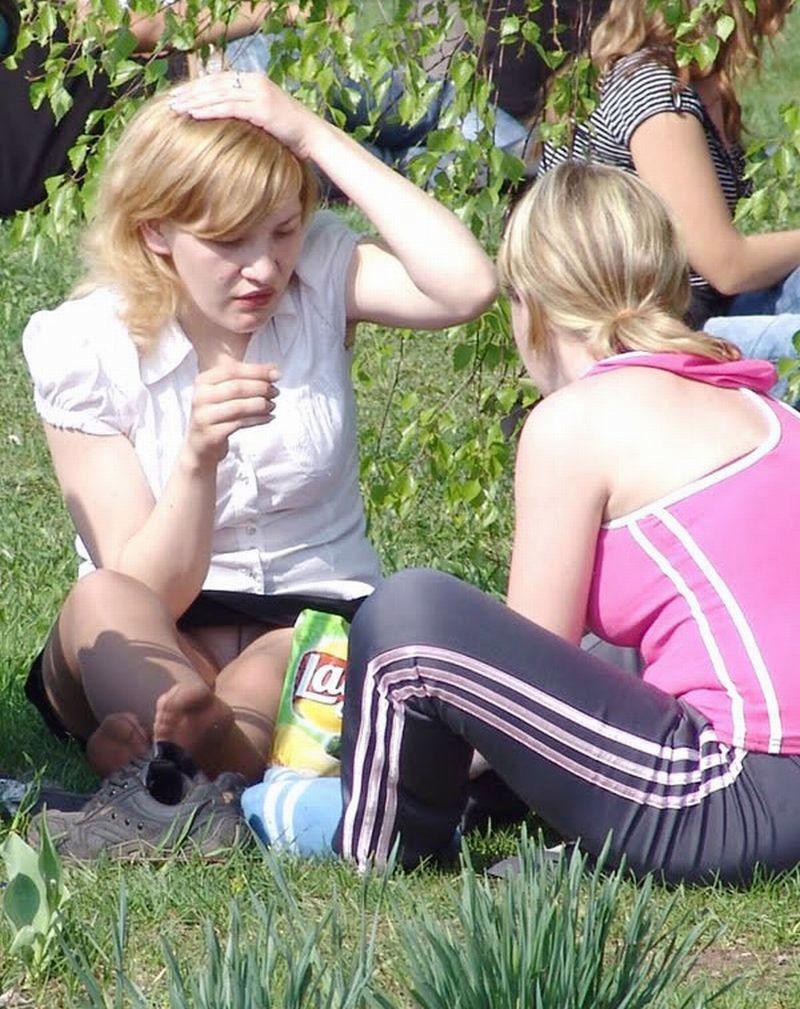 Блондинка в колготках и мини-юбке засветила белые трусики