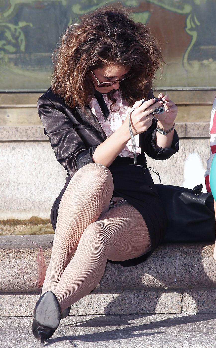 Девушка в колготках и мини-юбке засветила цветные трусики