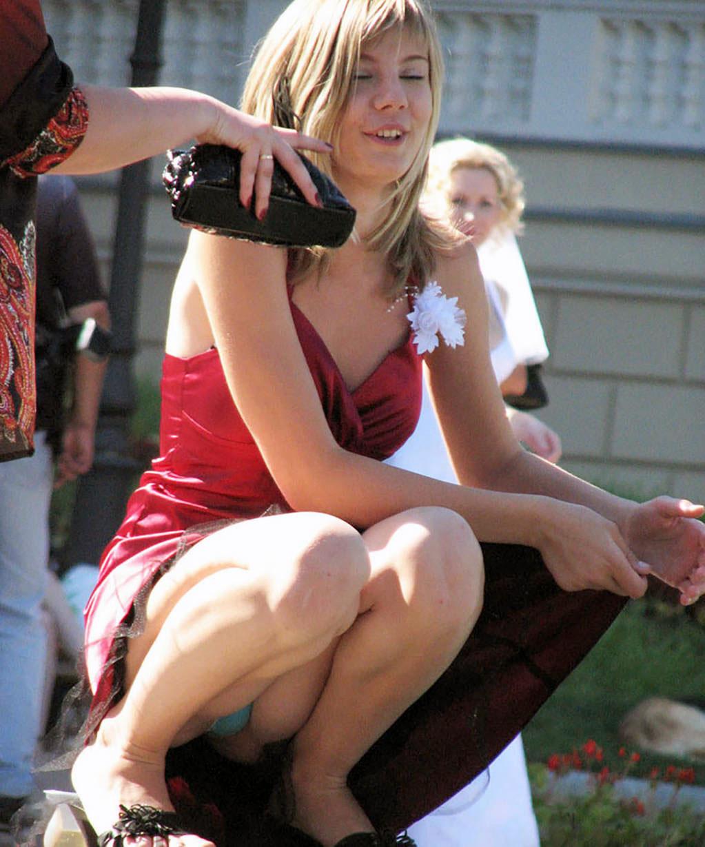 Блондинка в бордовом платье засветила голубые трусики