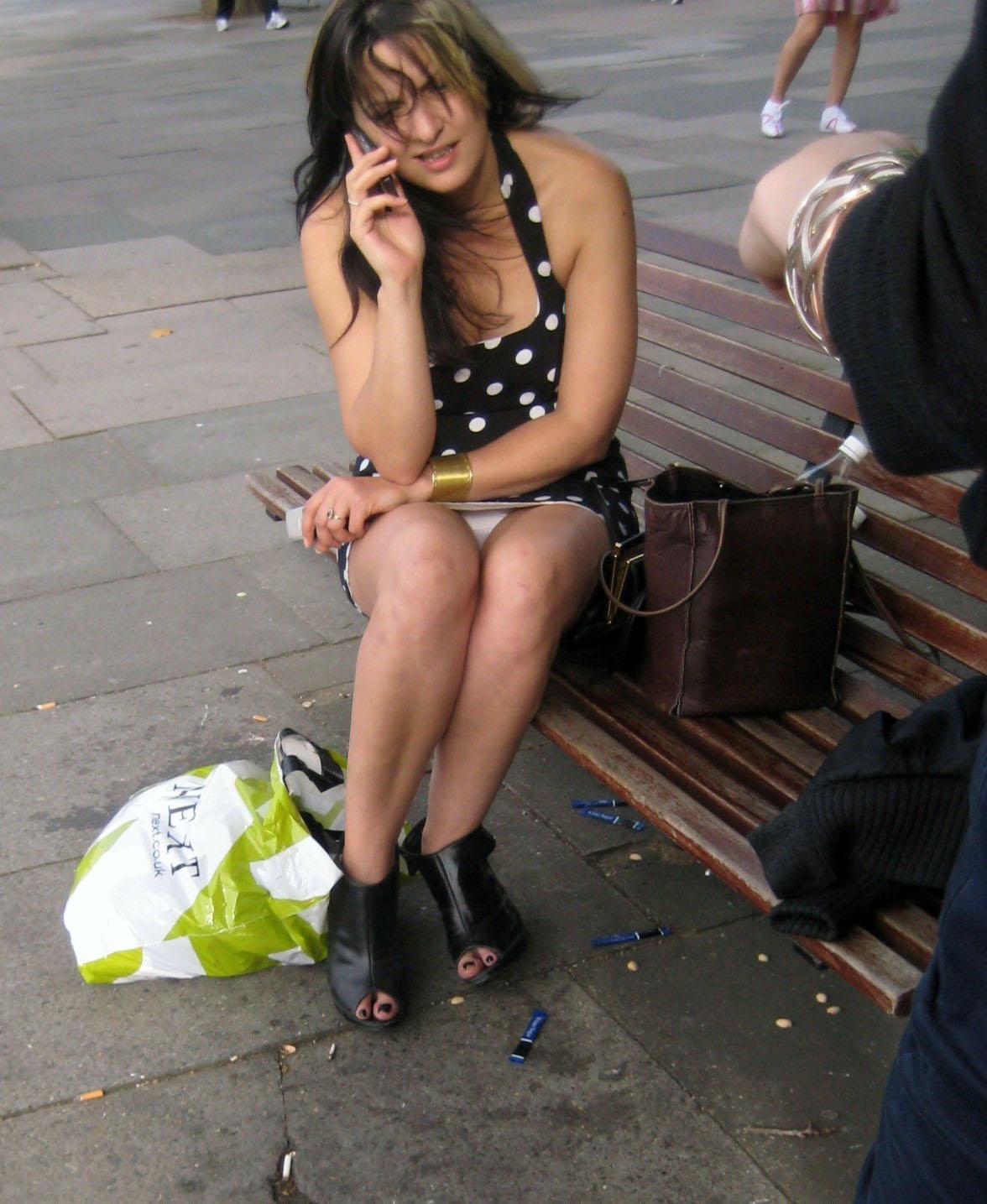 Девушка в черном мини-платье засветила белые трусики