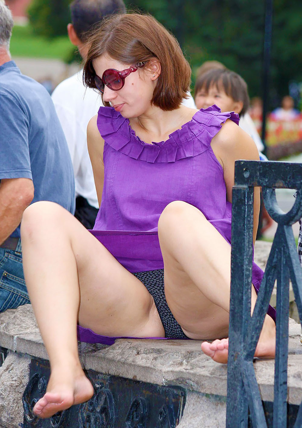 Девушка в фиолетовом платье засветила черные трусики