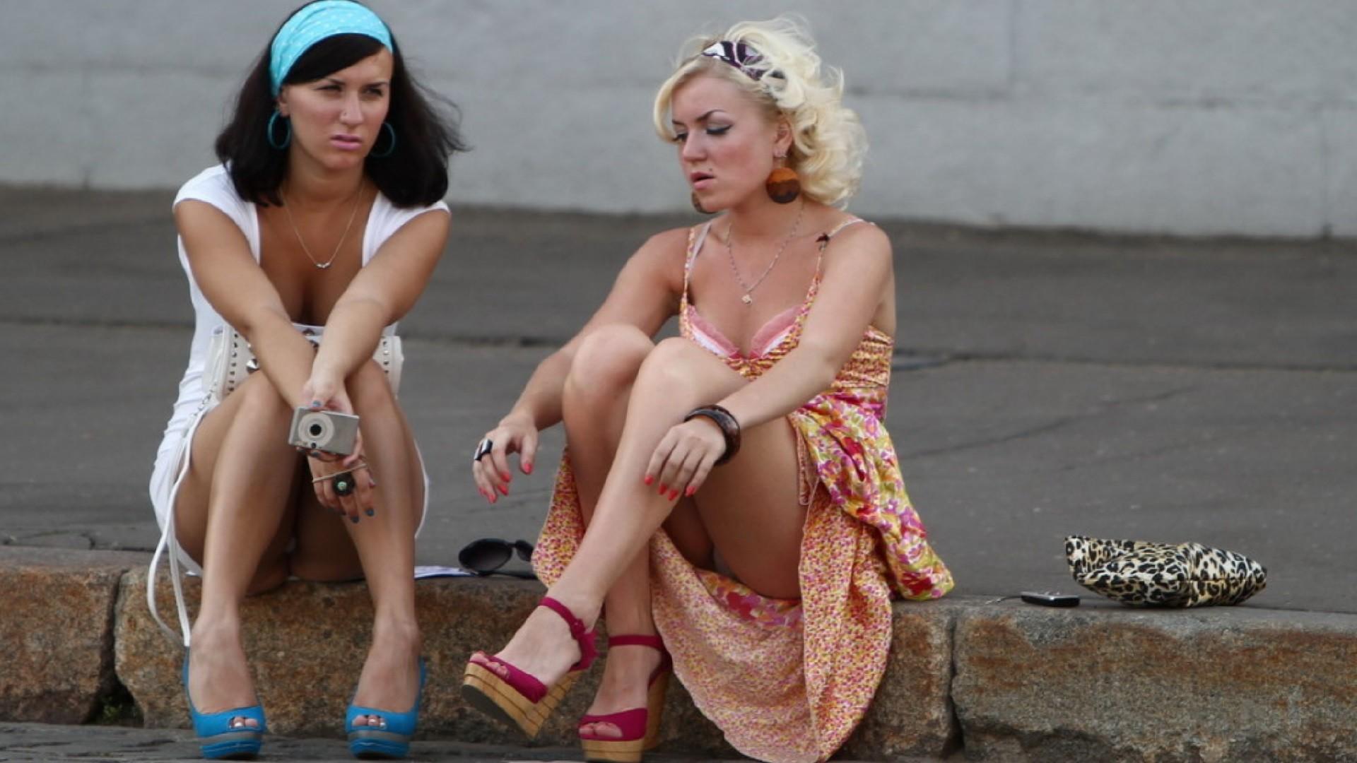 Брюнетка и блондинка засветили белые трусики