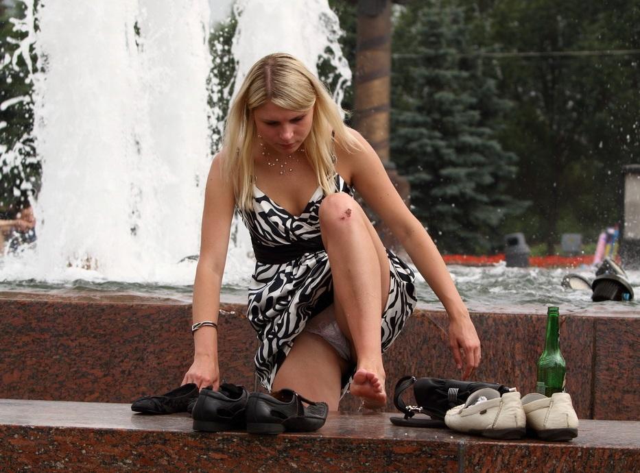 Блондинка в полосатом платье засветила трусики с прокладкой