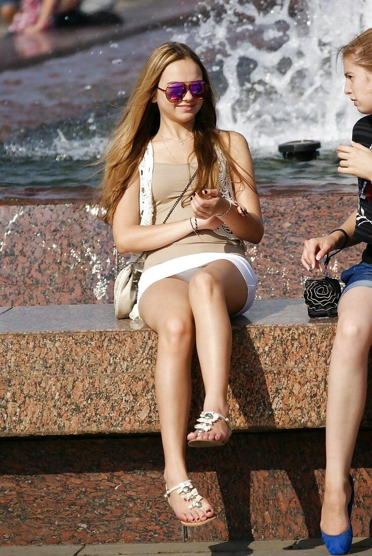 Девушка в белой мини-юбке засветила трусики у фонтана