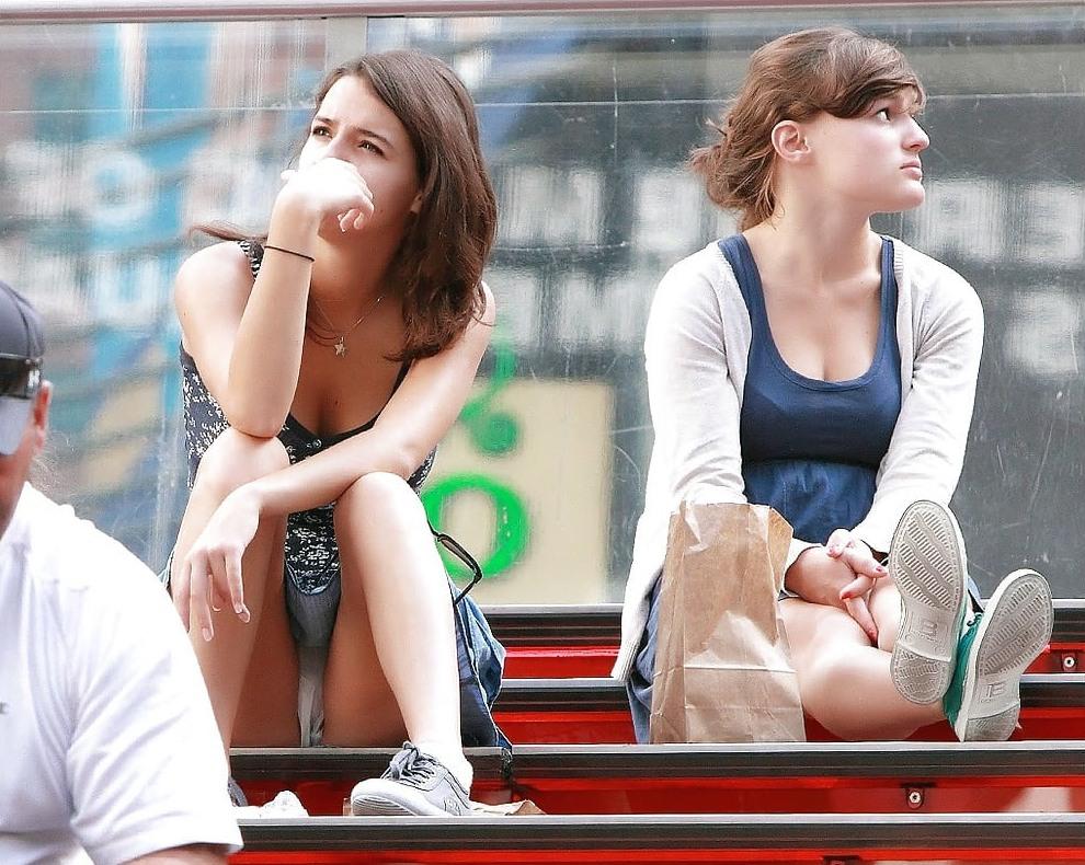 Девушка в легкой синей мини-юбке засветила белые трусики