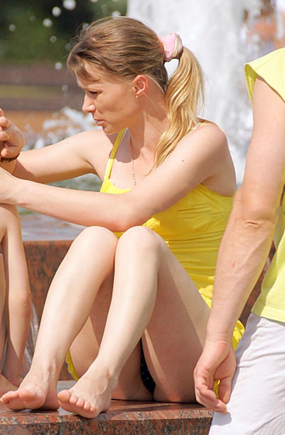 Блондинка в желтом платье засветила черные трусики