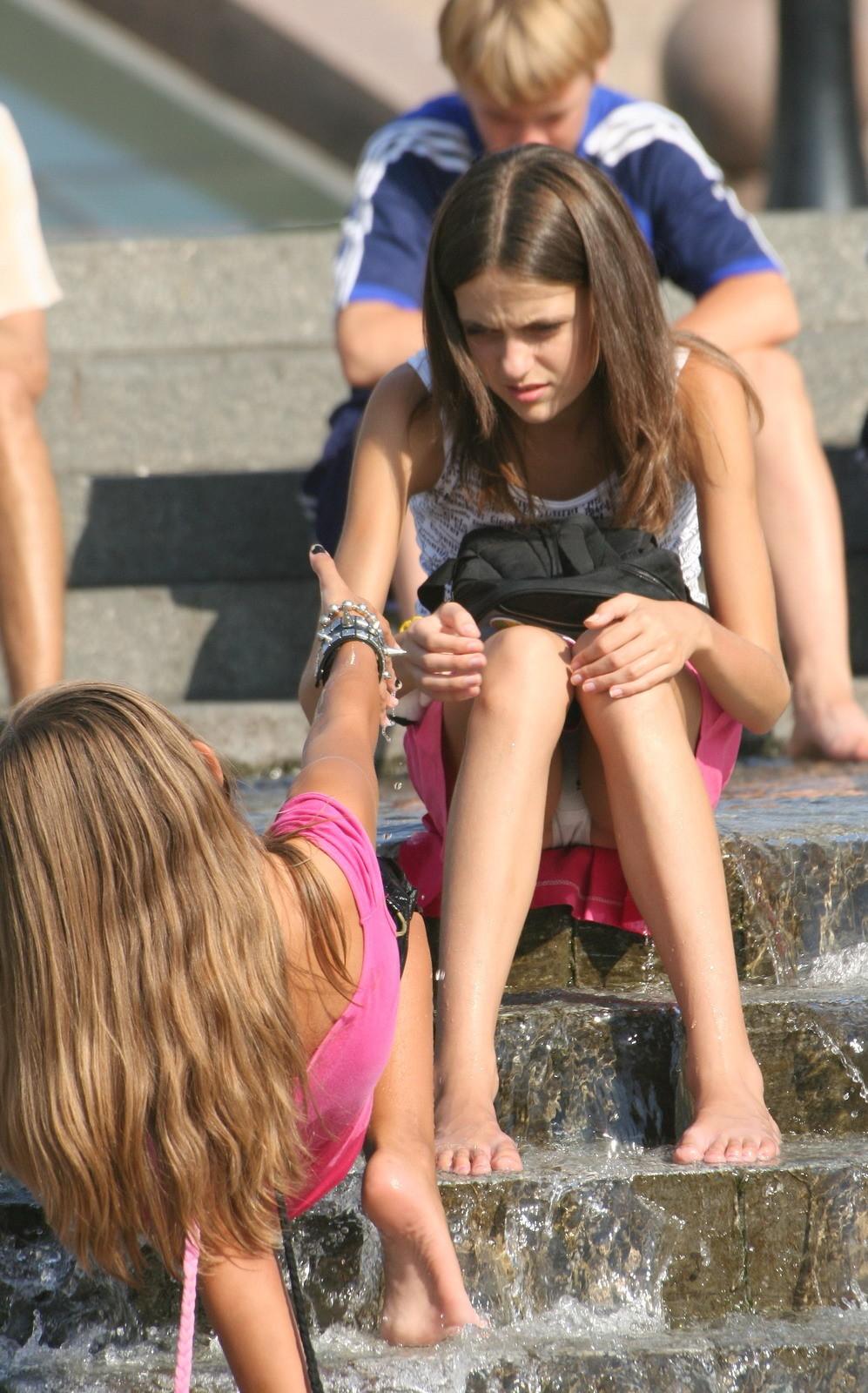 Девушка в розовой юбке засветила в фонтане белые трусики