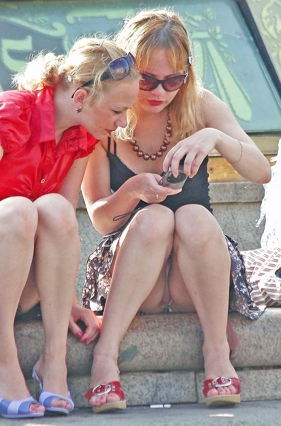 Блондинка в легкой мини-юбке засветила розовые трусики