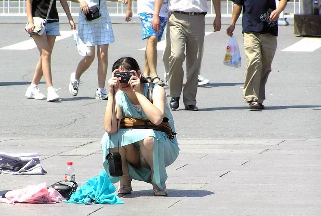Брюнетка в голубом платье засветила бежевые трусики
