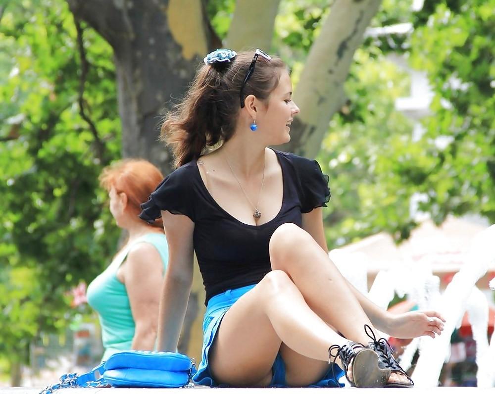 Девушка в голубой мини-юбке засветила синие трусики