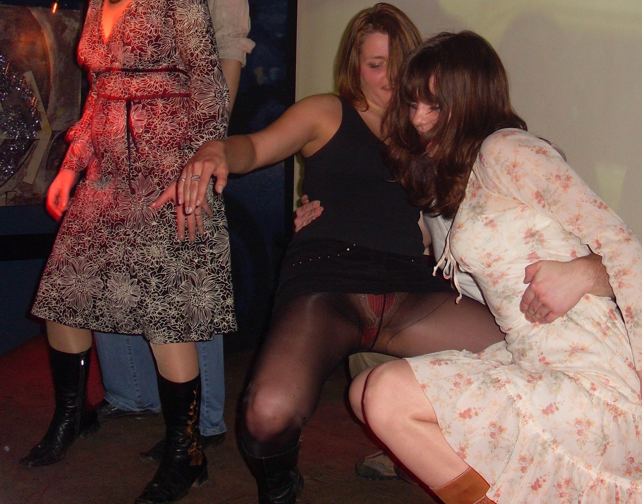 Девушка в черной мини-юбке засветила трусики под колготками