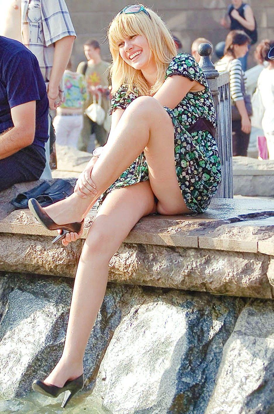 Блондинка в легком платье засветила черные трусики