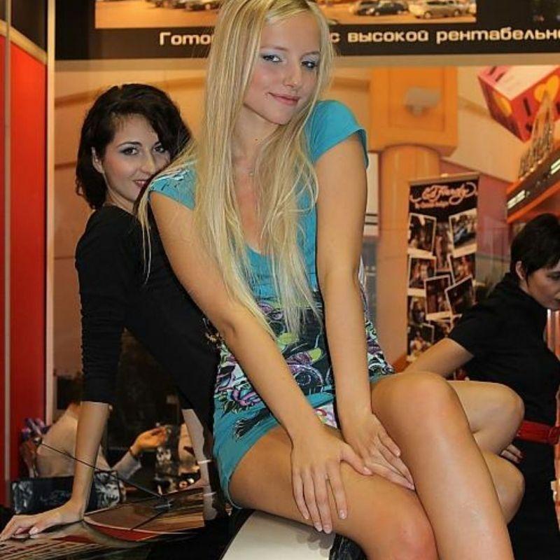 Блондинка в голубом мини-платье засветила светлые трусики